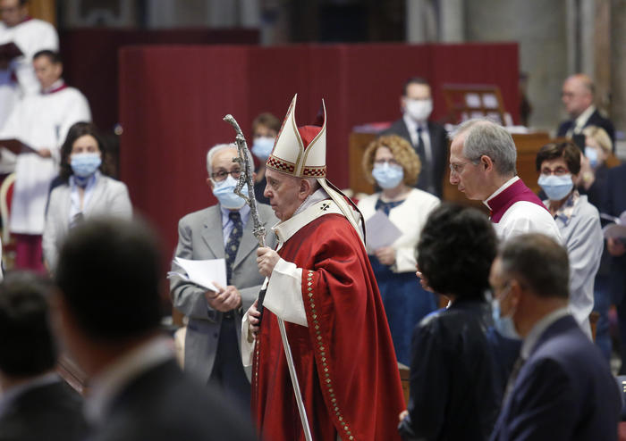 Papa: investire su salute e lavoro, decisioni urgenti