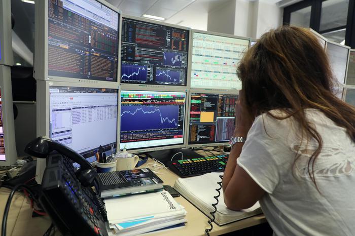 Borsa: Milano gira in calo (-0,19%) con Europa e spread