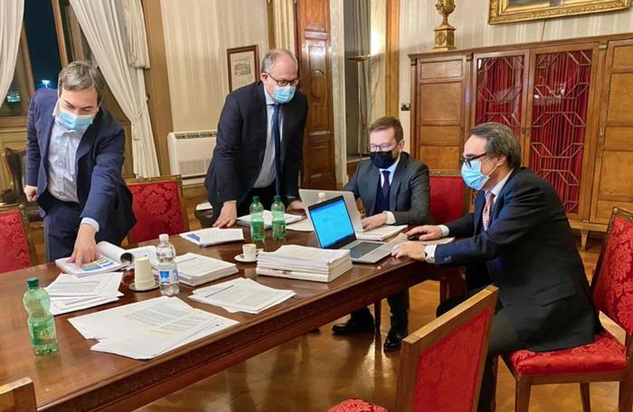 Allarme di Gualtieri 'Con la crisi ristori a rischio'