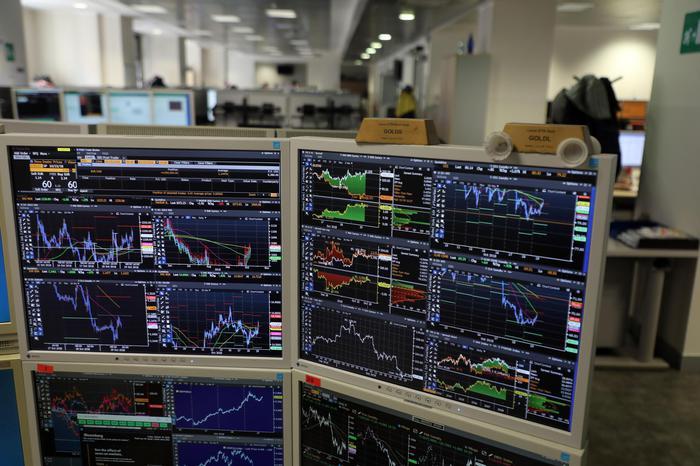 Borsa: Milano chiude piatta, pensano le banche