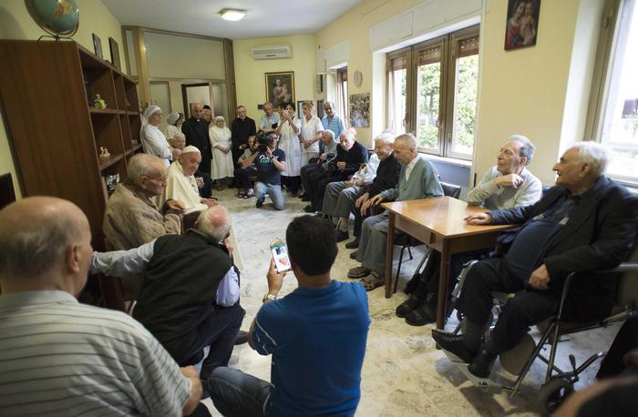 Papa: non c'è futuro dove non c'è onore per gli anziani