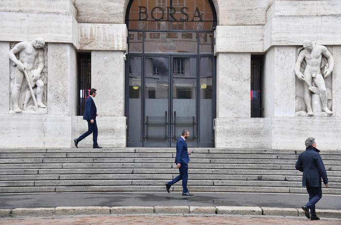 Borsa: Milano tiene in un'Europa debole, giù banche e lusso