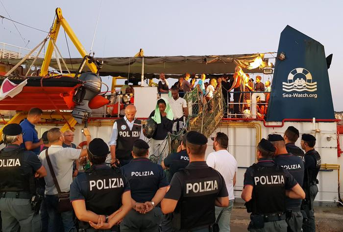 Sea Watch: i finanzieri, la nave poteva schiacciarci