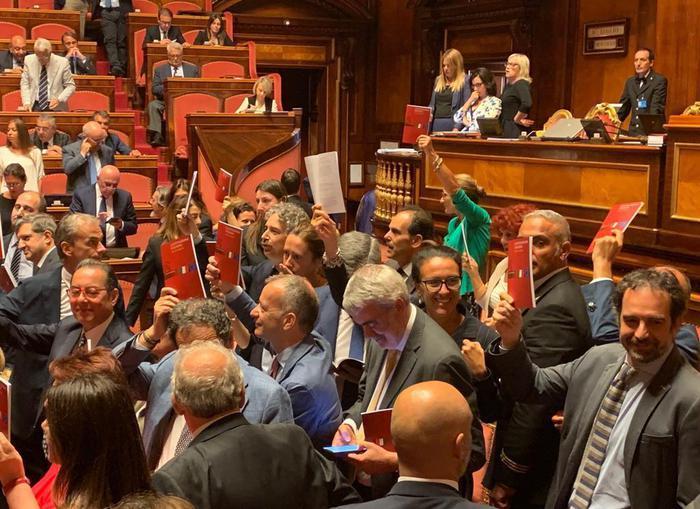 Senato: Pd occupa banchi governo, Aula sospesa