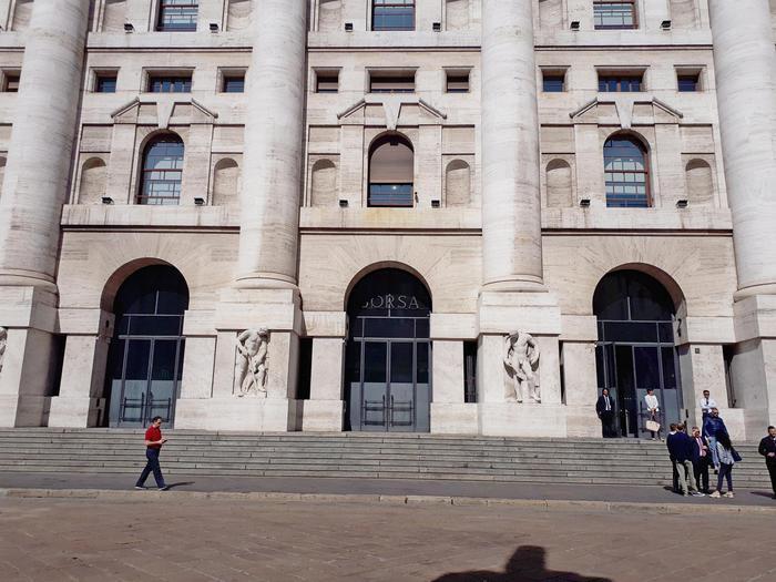 Borsa Milano chiude giù,tensioni governo