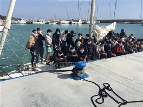 Migranti: nuovo arrivo a Roccella Ionica, 40 su barca a vela