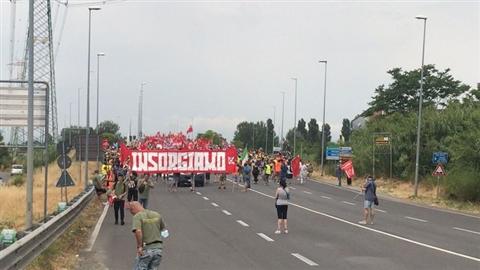 Gkn, in 5mila sfilano contro i licenziamenti