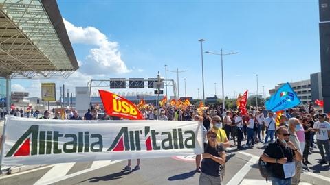 Alitalia: paga solo 50% stipendi, il resto dopo gara marchio